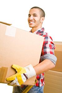 Seitenbild Mann traegt Karton